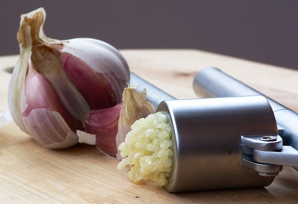 Garlic_Press_and_Garlic