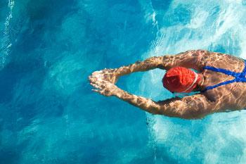 woman swimming in pool burning fat