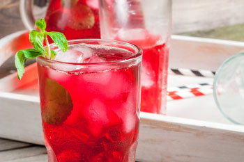 mint leaf in cranberry juice
